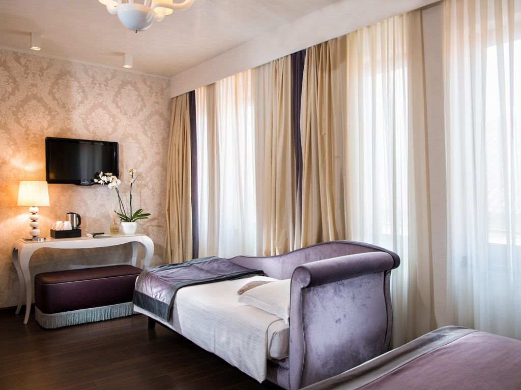 Book a spacious Triple Room in Venice - Carnival Palace